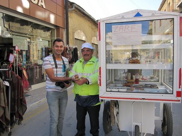 Rakesh köper bakverk av gatuförsäljare i den turkcypriotiska delen av Nicosia.