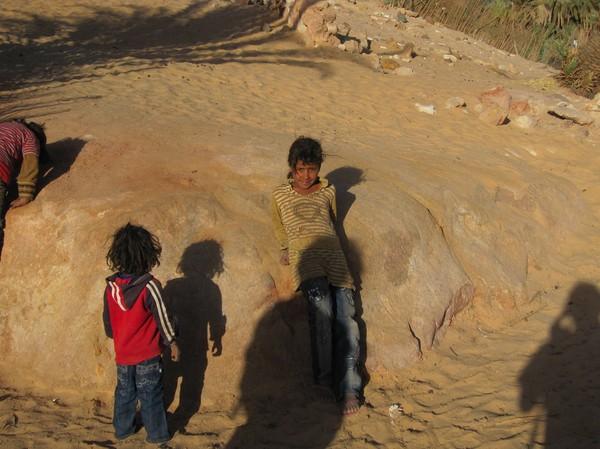 Lekande beduin barn.