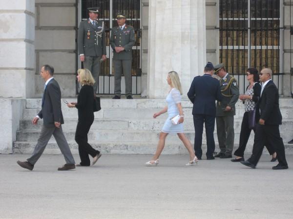 Oidentifierade celebriteter anlände under militärparaden, Wien.
