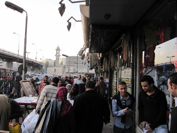 Enorma folkmassor på gatan på eftermiddagen i Kairo.
