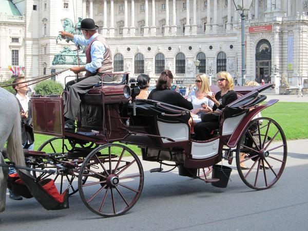 Oidentifierade kändisar i Wien på väg med hästvagn för vidare äventyr!