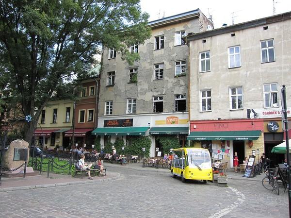 Centrum i judiska kvarteret, Kazimierz, Krakow. Till vänster i bild minnesmonument över de 65 000 judar som mördades av Nazisterna.