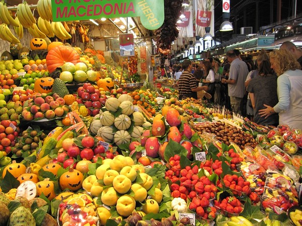 Marknaden Mercat de la Boqueria som ligger längs gågatan La Rambla, Barcelona.