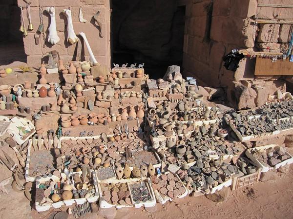 Försäljning av souvenirer vid Urn tomb, royal tombs, Petra.