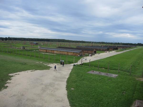 Vy från Birkenaus entrétorn i nordvästlig riktning.