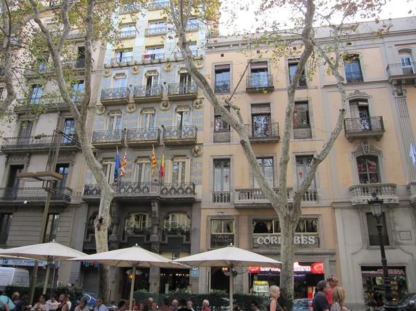Fina fasader längs den berömda gågatan La Rambla, Barcelona.