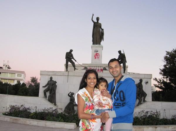 Rajni, Rugu och Rakesh framför Liberty Monument i den grekcypriotiska delen av Nicosia.