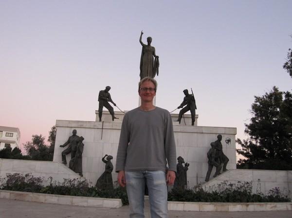 Stefan framför Liberty Monument i den grekcypriotiska delen av Nicosia.