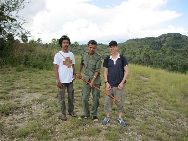 Från vänster till höger: Cisco 24 Indonesien, Dar 21 Indonesien (vår guide), Michel 41 Schweiz, Rinca island.