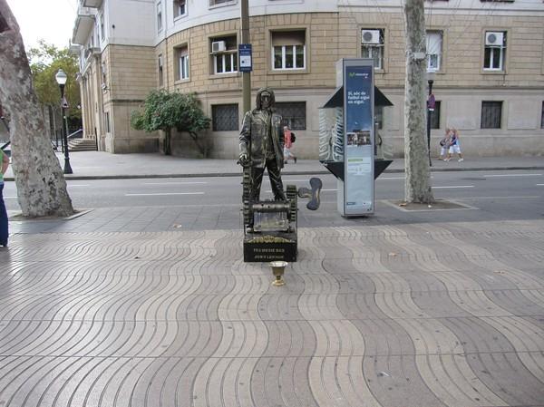 Levande staty längs den berömda gågatan La Rambla, Barcelona.