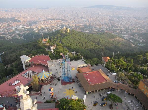 Utsikten högst upp i kyrktornet från den katolska kyrkan Temple de Sagrat Cor uppe på Tibidabo, Barcelona.