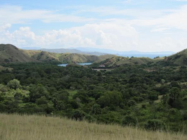 Fantastiskt vackert landskap från högsta punkten på långa trekken, Rinca island