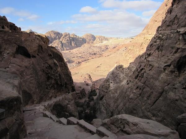 På väg ner från berget där Royal tombs finns, Petra.