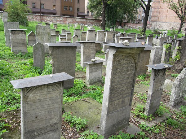Remuh cemetery, rankad som en av Europas bäst bevarade judiska renässanskyrkogårdar. Restorationsarbeten har utförts efter att nazisterna vandaliserat gravstenarna. Judiska kvarteret, Kazimierz, Krakow.