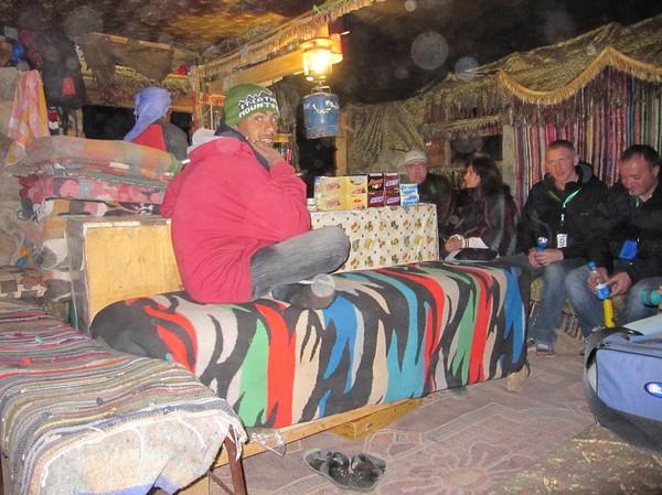 Ytterligare en vilopaus med lite te och extra vattenintag. På bilden en del av en grupp ryssar med guide. Mount Sinai.