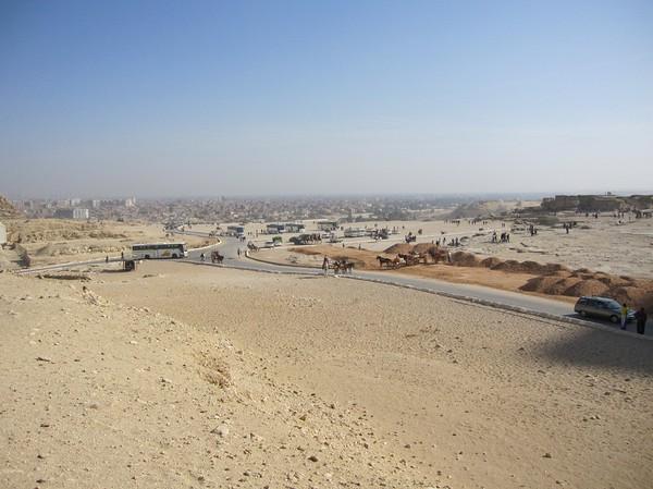 Kairo kryper allt närmare pyramiderna.