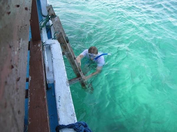 Vattnet utanför Pink beach verkade inte alls vara strömt förrän jag försökte simma mot strömmen! Jag orkade knappt ta mig tillbaka till båten! Pink Beach, Komodo island.