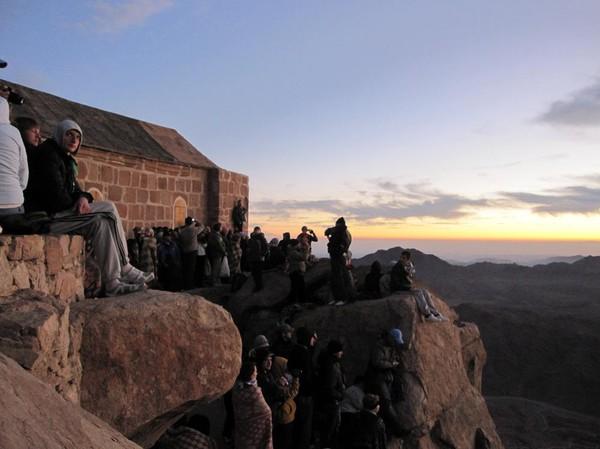 Spänd väntan på soluppgången på toppen av Mount Sinai. Nu är det nära!