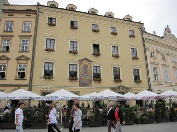 Gatuscen med otroligt vacker fasad i bakgrunden, gamla staden, Krakow.