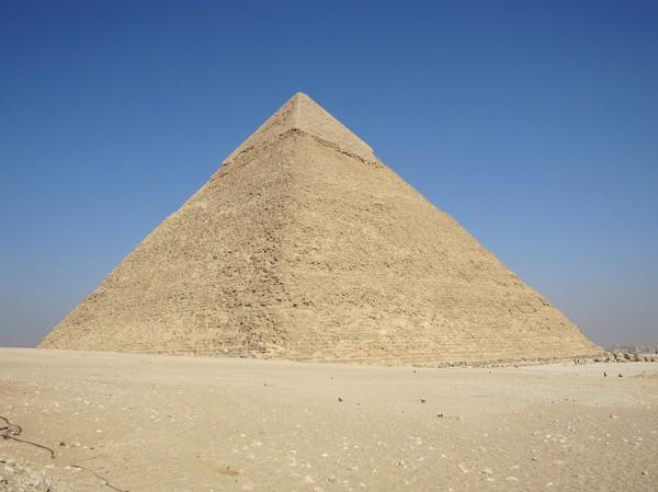 Chephren pyramiden. Denna pyramid ser större ut än Cheops, men det beror på att den står på en högre höjd. Den var 136 meter när den byggdes.