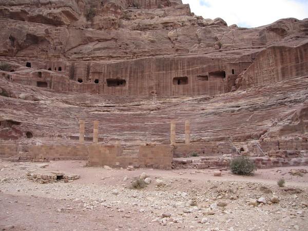 Teater uthuggen direkt ur berget, Petra.