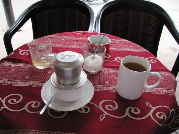 Kaffe på ett café i Cholon. Kaffe i Vietnam är världsklass och oftast starkt och gott. Te blir man bjuden på och det dricks medan man väntar på att kaffet rinner ner!