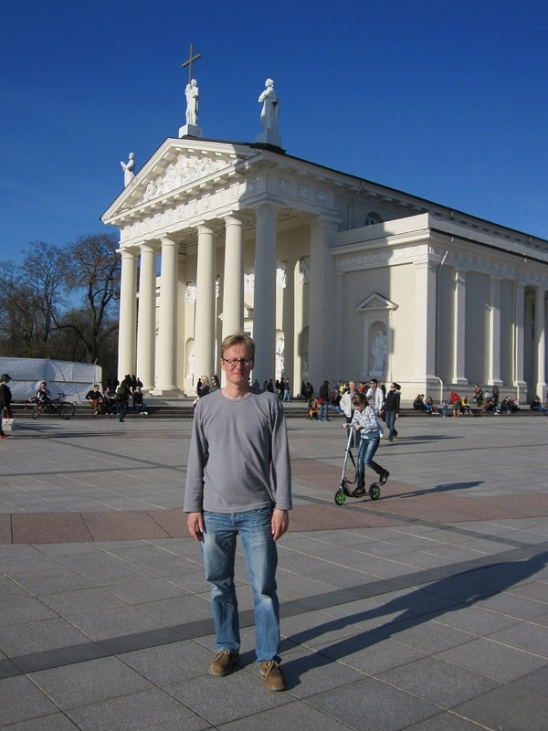Stefan framför Vilnius cathedral, Vilnius.