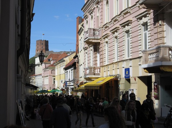 Gatuscen längs Pilies gatve, gamla staden Vilnius.