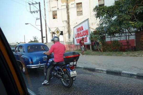 Den magiska känslan när man precis anlänt till ett nytt land infann sig verkligen på väg in till Havanna. Jag åkte in mot staden precis innan mörkret så det var en perfekt entré in i centrala Havanna.