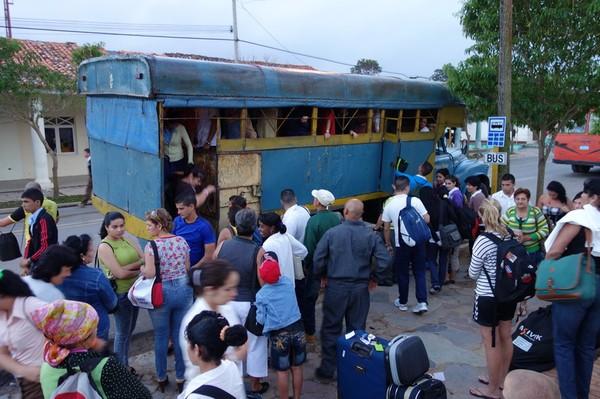 De som väntade på sin första Viazul-buss trodde på fullaste allvar att bussen anlänt! Det var en lokalbuss som rullat in vid vägkanten i Viñales.