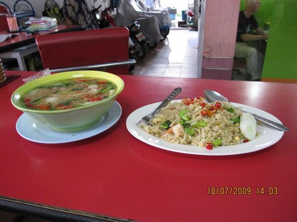Tom Yum Kung (tallriken till vänster i bild), är min thailändska favoritmat. Åt det varje dag i Pattaya.