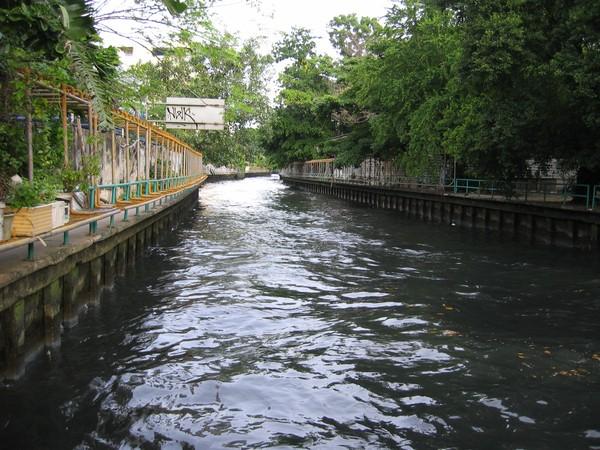 Vid en av stationerna längs kanalen Khlong Saen Saeb i Bangkok.
