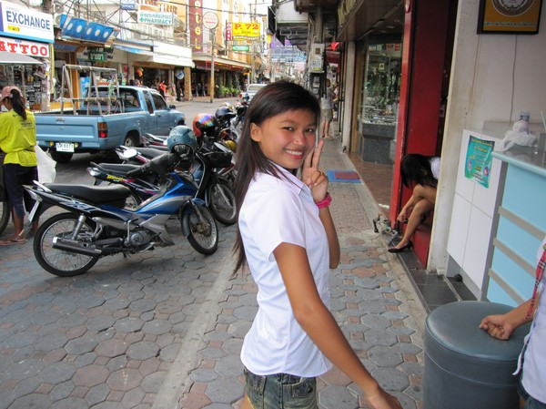 Tjej som jobbar som inkastare på en av nattklubbarna längs walking street i Pattaya.