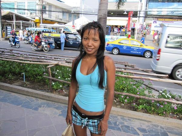 Den här tjejen har sin arbetsplats längs Pattaya beach road. Jobbar inte i någon bar. Hon befinner sig i en utsatt och farlig sits, med trista framtidsutsikter.