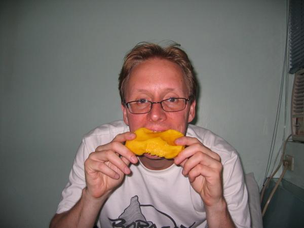 Stefan med himmelskt god mango, Legaspi City.