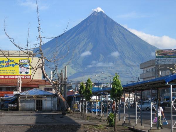 Mäktiga och vackra mount Mayon sedd från Legaspi City.