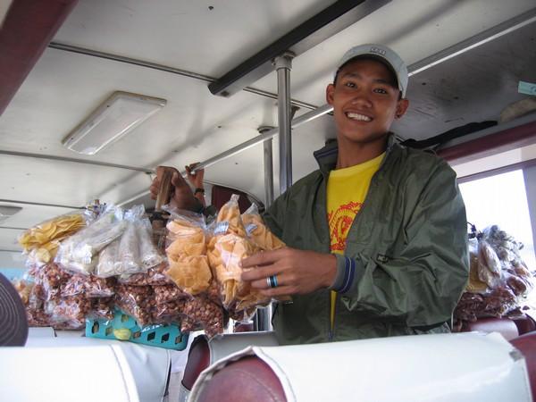 Försäljare av diverse snacks, på bussen mellan Sugar beach och Bacolod.