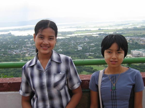 Två burmesiska studenter uppe på Mandalay Hill.