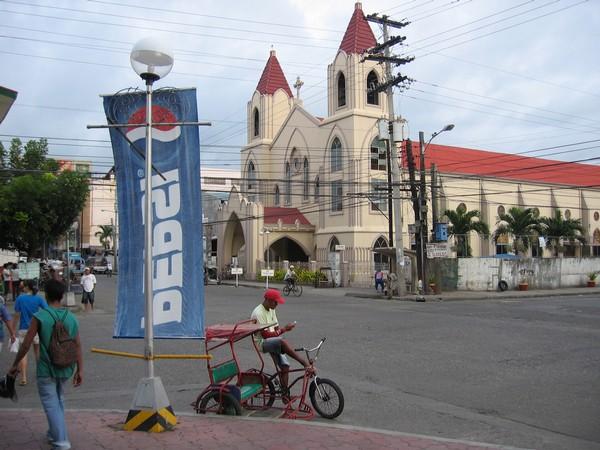 Kyrka med miljövänlig taxi (Sikad) i förgrunden, Iloilo city.