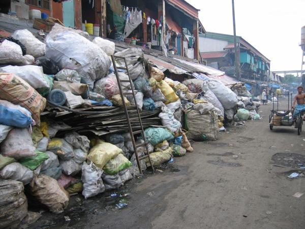 Sopor på plan ett och bostäder på plan två, North Port District, Manila.