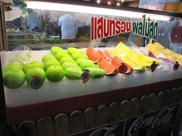 Läckra frukter på nattmarknaden i Khorat.