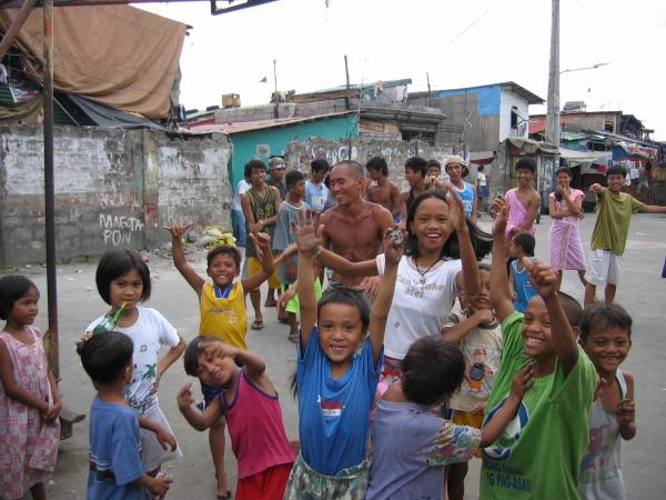 Basket är favoritsporten i slummen, North Port District, Manila.