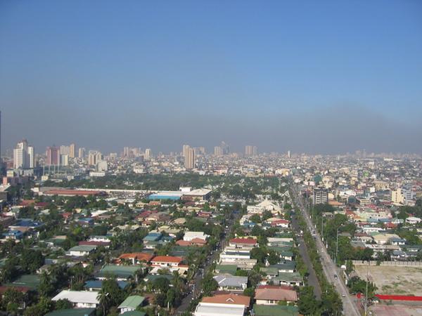 Manila skyline med smog i bakgrunden.