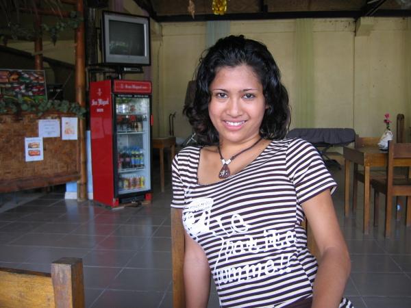 Carolyn som servitris på Dajon Restaurant Grill & Bar, General Luna.