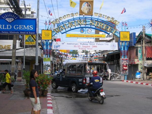 Världsberömda Walking Street, South Pattaya Beach, Thailand.