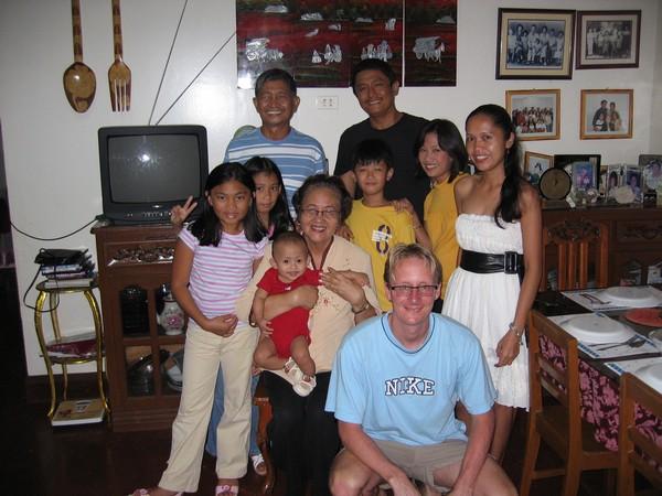 Delar av familjen i huset där jag bodde i 5 dagar. Nyårsafton, Iligan city.