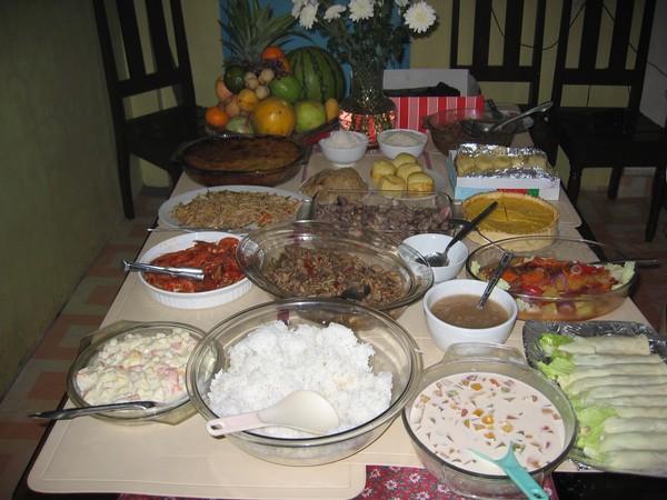 En del av all mat som förberetts för nyår. Dagar av matlagning handlar det om. Allt är hemlagat! Iligan city.
