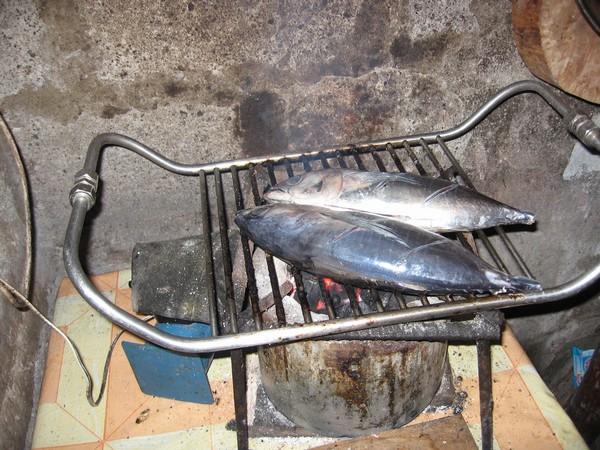 Grillning av tonfisk inköpt av mig själv på marknaden i Iligan. Min personliga favoritfisk!