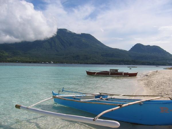 White island med Camiguin i bakgrunden.