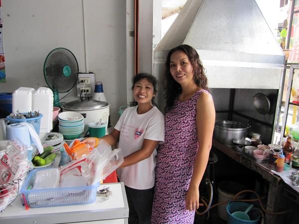 Till höger Nattie, min frukost- och lunch kokerska. Till vänster Natties medhjälpare i restaurangen.